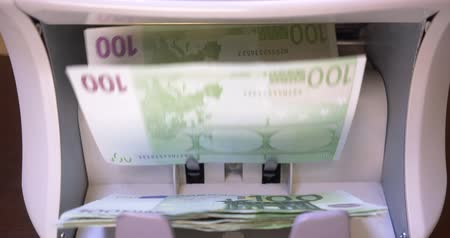 cálculo : Counting EURO Banknotes On Currency Counter Machine