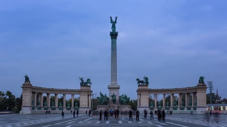 síremlék : The Heroes Square with the Millennium Monument on it. . From the height of the monumental column, Archangel Gabriel vigilantly preserves the peace of the Hungarian people