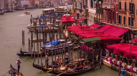 гул : Beautiful watercolors on Venice. A gondola is a traditional Venetian hollow boat. It is one of the symbols of Venice. Gandolieres standing on the roar of oars on a boat, drowning people Стоковые видеозаписи