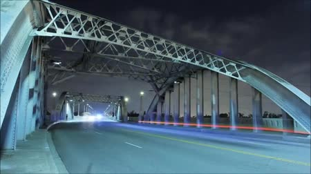 Steel Bridge a Washington la notte. Il ponte Ride auto con fari inclusi.