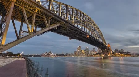 mosty : Night View of the Sydney Harbour Bridge - Arched Bridge Over the Bay of Port Jackson in Sydney