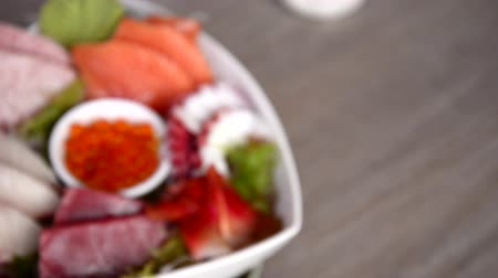Японская культура : Sushi sashimi set, panning shifting focus