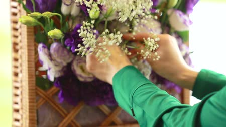 florista : Florist arranging flower bouquet
