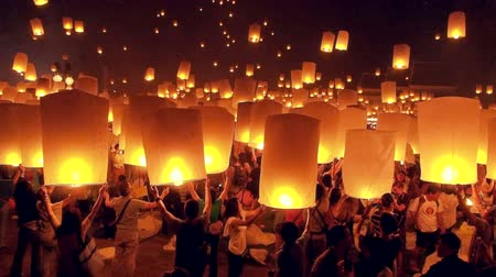 levegő : People launch sky lanterns