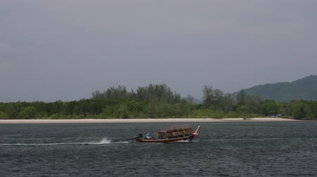 ловушка : Traditional thai wooden boat loaded with fish trap sail in the sea. Стоковые видеозаписи