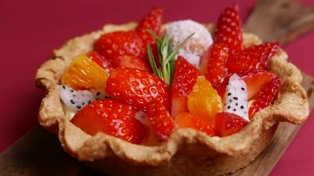 colorido : tasty Fresh mixed Fruit Tart on red background