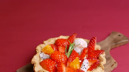 желатин : tasty Fresh mixed Fruit Tart on red background