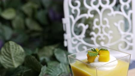желатин : Mango Pudding. Mango Panna cotta a rich and silky dessert served in clear cup.