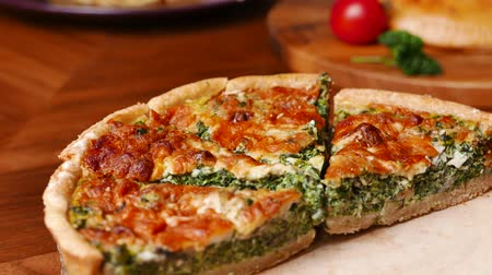 dilimleri : Quiche a savoury open tart or flan consisting of pastry crust with spinach mushrooms cheese. Stok Video