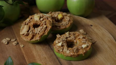 aveia : Simple and delicious sliced apple rings topped with peanut butter and granola.