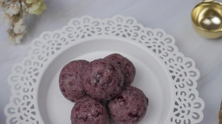yulaf ezmesi : Healthy organic date energy balls with berry, dried fruits and nuts. Food for healthy lifestyle. Stok Video
