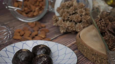 yulaf ezmesi : Healthy organic date energy balls with dark chocolate, dried fruits and nuts. Food for healthy lifestyle. Stok Video