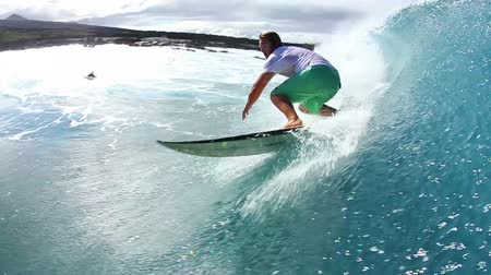 deporte extremo : Surfista se enciende Blue Ocean Wave Watershot Archivo de Video