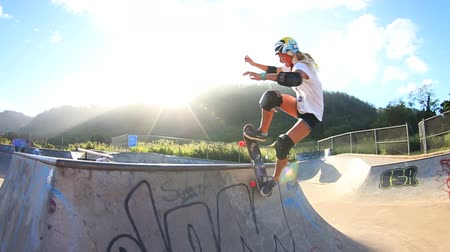deskorolka : Blonde Girl Skateboarding (Slow Motion)  Wideo