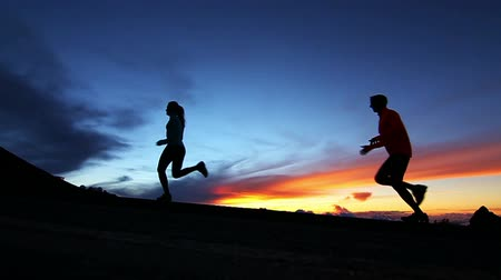 fitnes : Silhouette Active Couple Running Up Hill (Slow Motion)