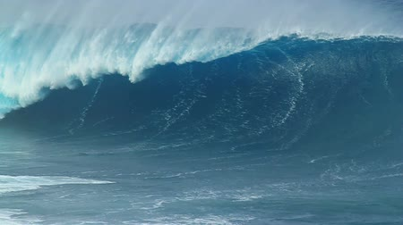 gigante : Slow Motion: Empty Blue Ocean Wave Vídeos