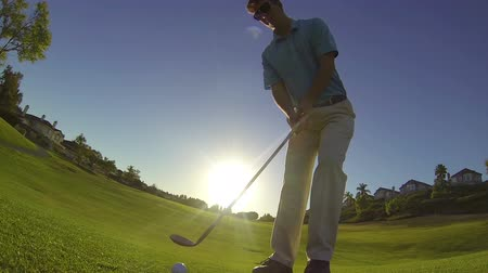fitnes : Slow Motion - Man Golfing Hitting Chip Shot