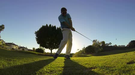 поле для гольфа : Slow Motion - Man Golfing At Sunset, Teeing Off
