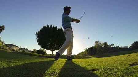 fitnes : Man Golfing At Sunset, Teeing Off  Wideo