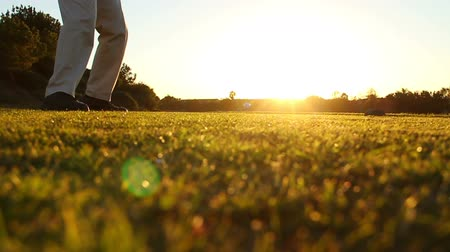 golfen : Man Golfen In Zonsondergang, Slow Motion Shot