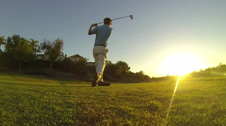 profi : Man Golfing Into Sunset Lifestyle