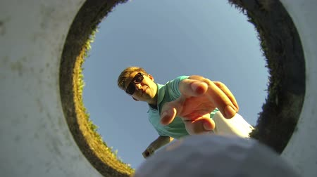 hand ball : Mann Golfen, POV-Shot in Loch blicken Videos