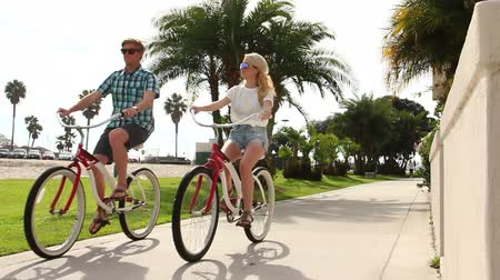 ciclismo : Young Happy Couple Riding Bikes At Beach