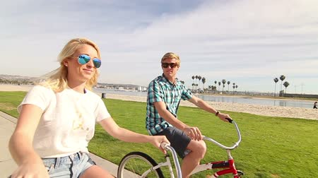 ciclismo : Young Happy Couple Riding Bikes At Beach Slow Motion, Summer Lifestyle HD Vídeos
