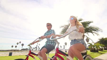 приморский : Young Happy Couple Riding Bikes At Beach Slow Motion, Summer Lifestyle HD Стоковые видеозаписи