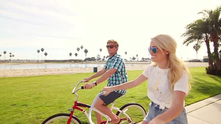 lifestyle : Young Happy Couple Riding Bikes At Beach Slow Motion, Summer Lifestyle HD Wideo