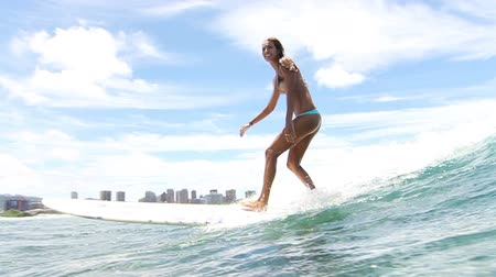 серфер : Slow Motion Woman Surfer Riding Ocean Wave Стоковые видеозаписи