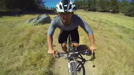 çatallar : POV Extreme Mountain Biker Riding Downhill in Meadow