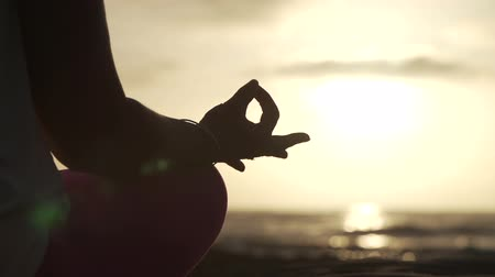 umysł : Close Up Hand Of Woman Meditating In a Yoga Pose On The Beach