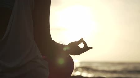 ruhanilik : Close Up Hand Of Woman Meditating In a Yoga Pose On The Beach