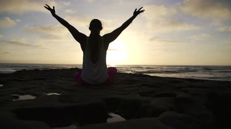 zbraně : Slow Motion Happy Woman Doing Success Yoga  Pose At Sunset