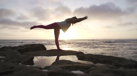 obtížný : Happy Woman Practicing Yoga Outdoors At The Beach. Dostupné videozáznamy