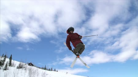 esqui : Super Slow Motion Skier Going Off Big Jump
