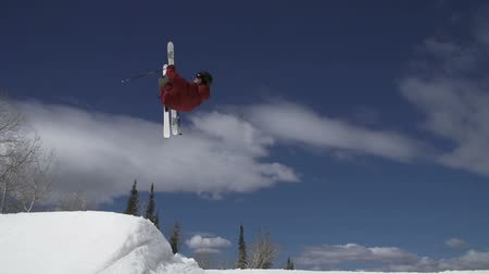 narciarz : Man Skiing Does 360 Spin Off Jump