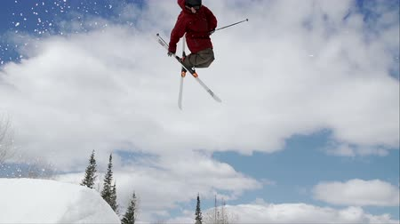 esqui : Skier Doing Big Air Off Jump Stock Footage