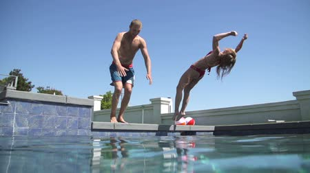 медовый месяц : Slow Motion Couple Jumping Into Swimming Pool