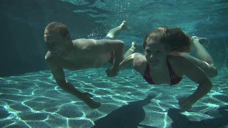 miłość : Couple Swimming Underwater Slow Motion