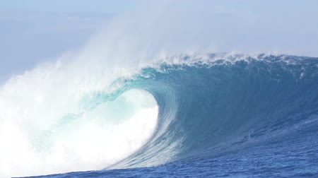 gigante : Slow Motion Blue Ocean Wave Breaking Vídeos