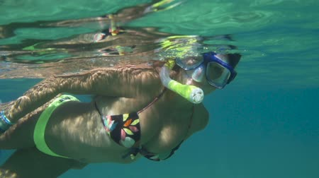 Giovane Donna Felice Snorkeling Underwater In Blu Tropical Water