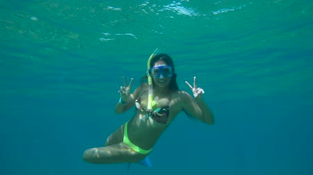 šnorchl : Young Happy Woman Snorkeling Underwater With Peace Sign