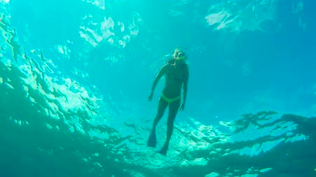 culture : Subacquea Angolo Looking up della donna snorkeling in Blue Ocean Water Filmati Stock