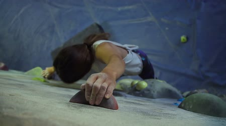 wspinaczka : Young Woman Rock Climbing Reaching For Hand Hold Wideo