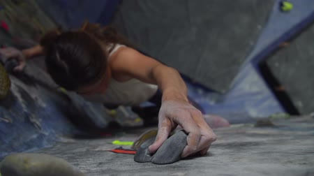 Young Woman Rock Climbing Reaching For Hand Hold Dostupné videozáznamy