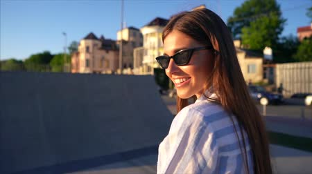 vlasy : Beautiful young girl posing on camera on the street, sunset Dostupné videozáznamy