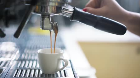 pausa : Professional espresso machine pouring fresh coffee
