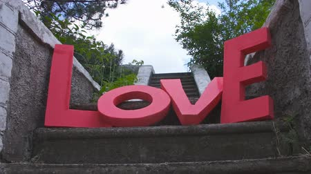 conversa : Large cardboard letters wedding? slider camera. Couple in love feel the love in the hearts of Vídeos